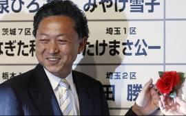 Yukio Hatoyama, presidente do Partido Democrático, comemora o resultado parcial das eleições parlamentares no Japão. (Foto: Reuters)