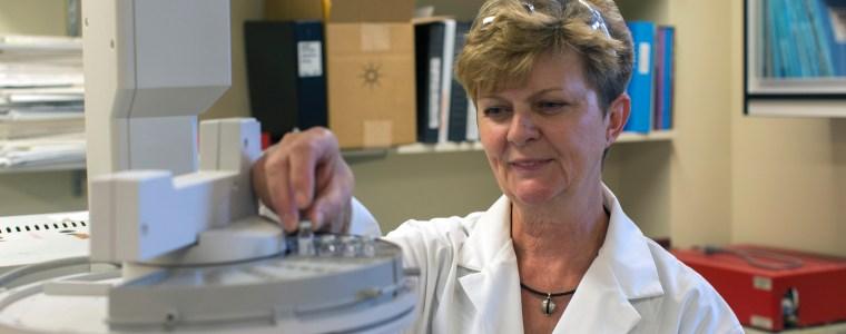 Maria Gorecka running samples on the gas chromatograph