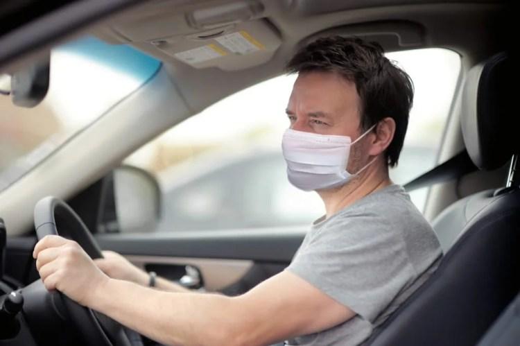 motorista usando mascara