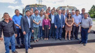 Photo of Flávio Dino entrega ônibus escolares a 11 municípios