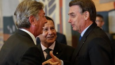 Foto de Collor troca afagos com Bolsonaro durante almoço