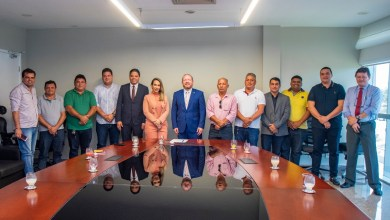 Foto de Othelino Neto debate demandas para Pinheiro-MA