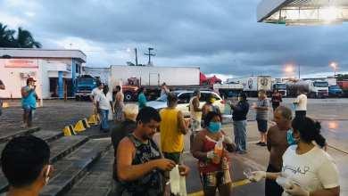 Foto de [SOLIDARIEDADE] – Vereadora Fátima Araújo doa quentinhas a caminheiros na BR-135