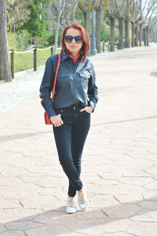 look-total-black-y-deportivas-7