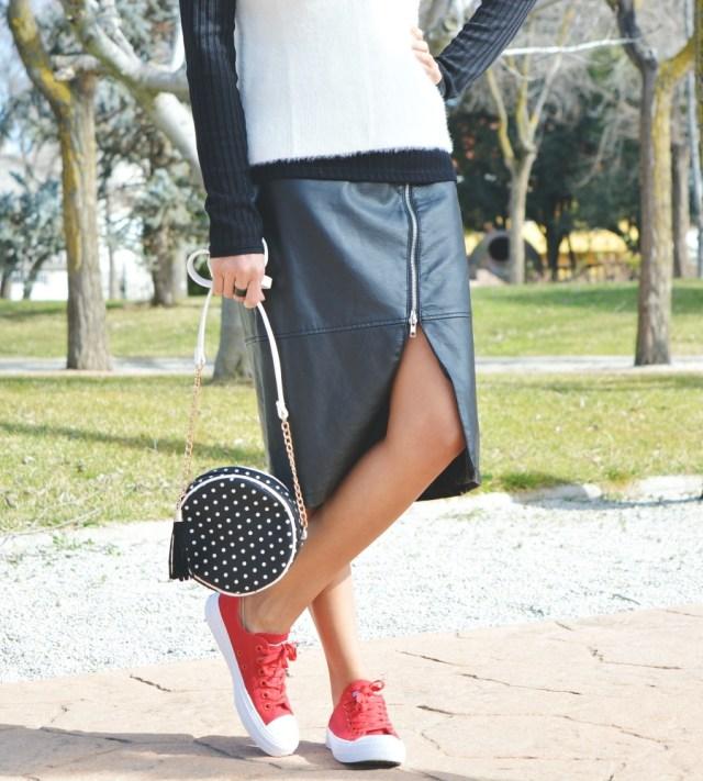 Look blanco y negro con deportivas rojas 11