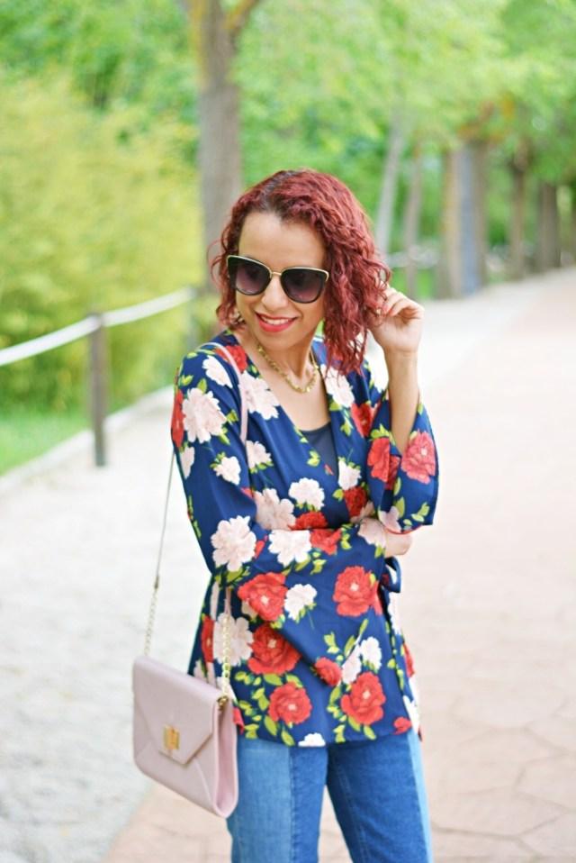 Outfit con jeans y blusa de flores