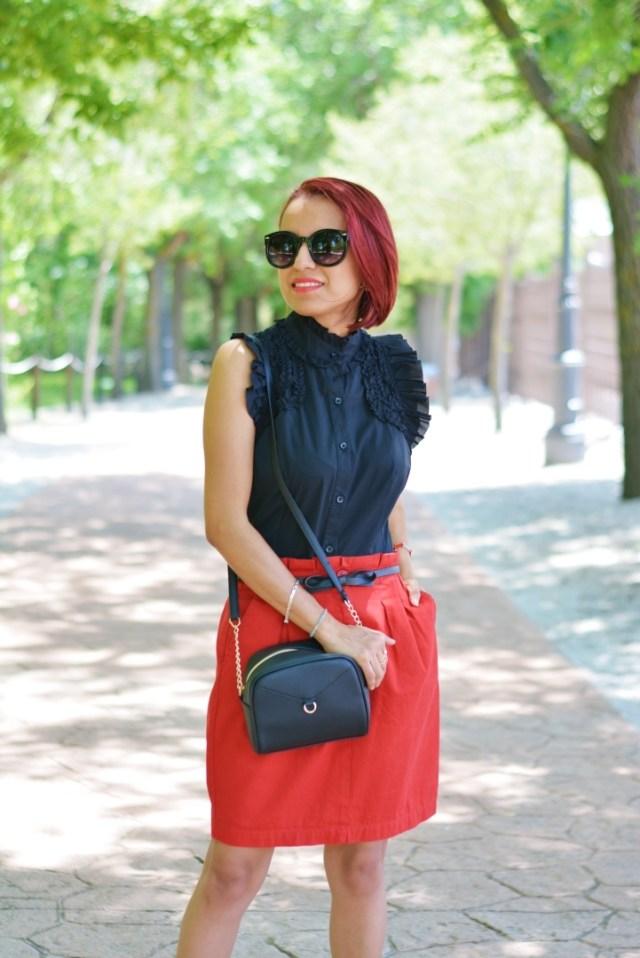 Look casual con falda roja