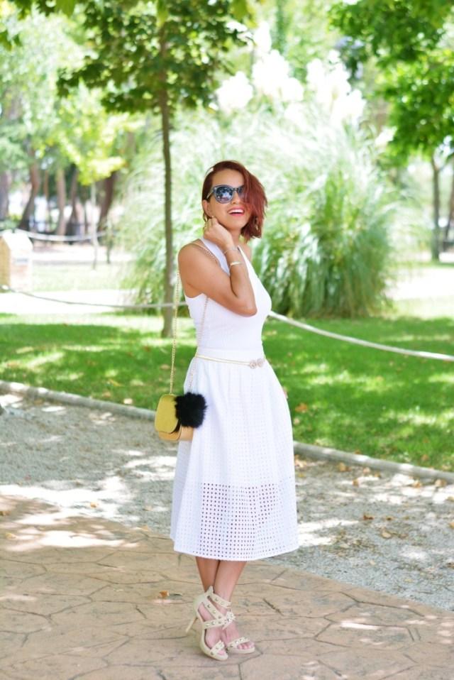 Falda blanca troquelada