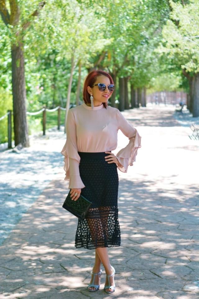 Outfit con falda troquelada