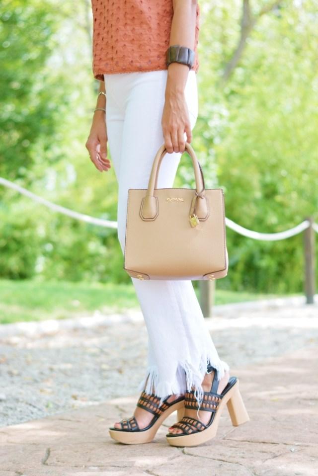 Zapatos de tacón de madera y bolso camel