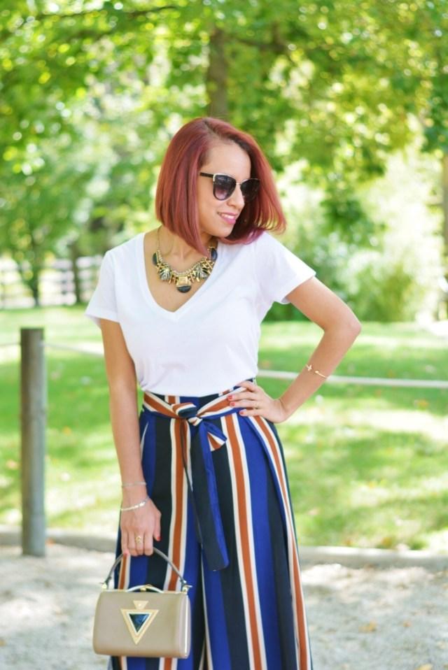 Pantalón de rayas y camiseta blanca