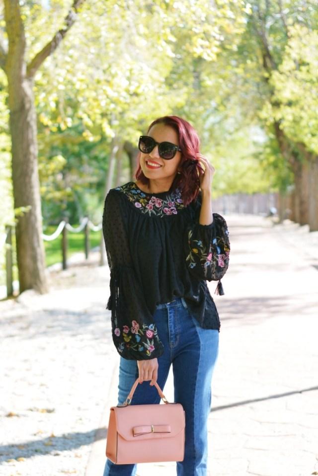 Outfit de otoño con blusa plumeti