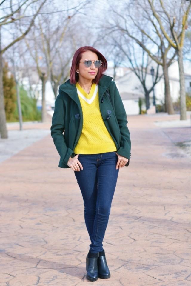 Look con jersey amarillo