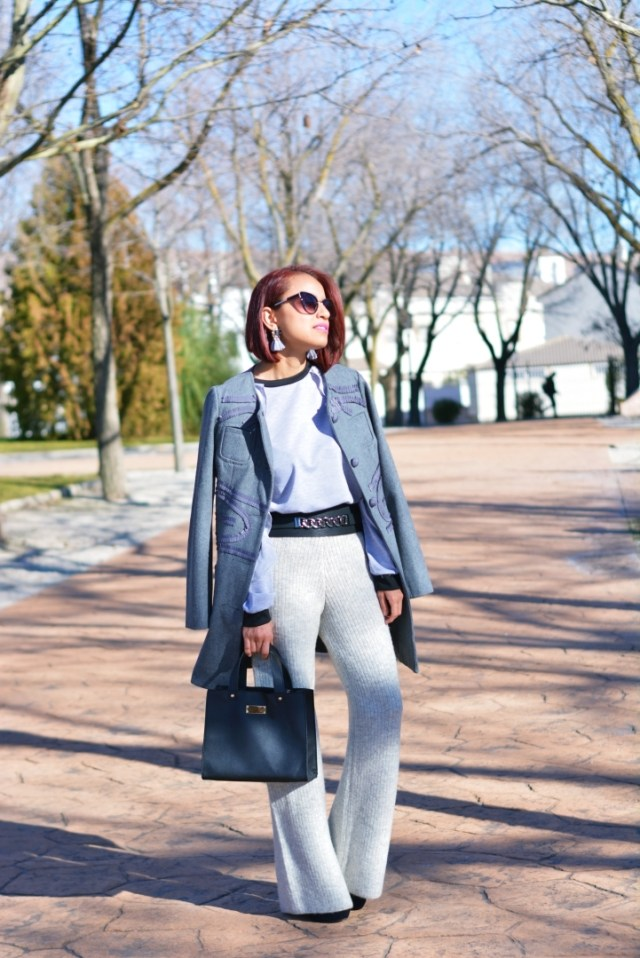 Outfit con sudadera gris