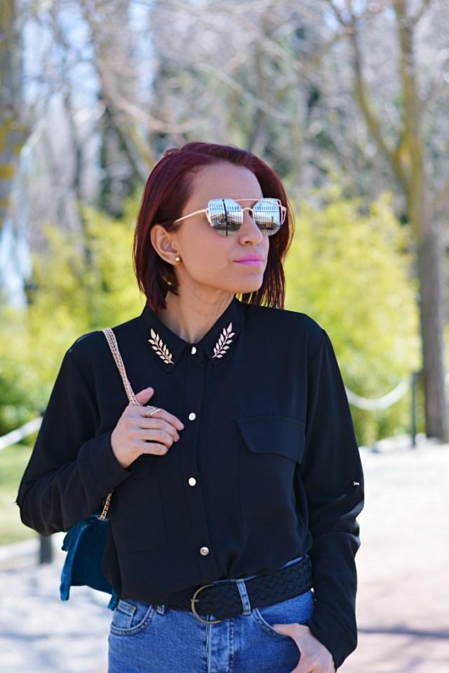 Camisa negra con pin dorado