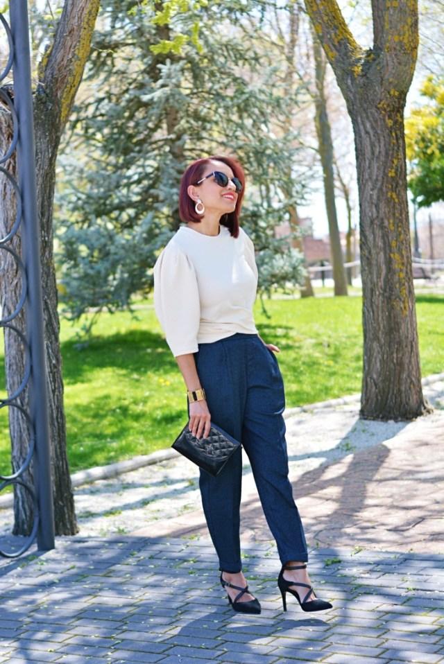 Look con pantalón azul