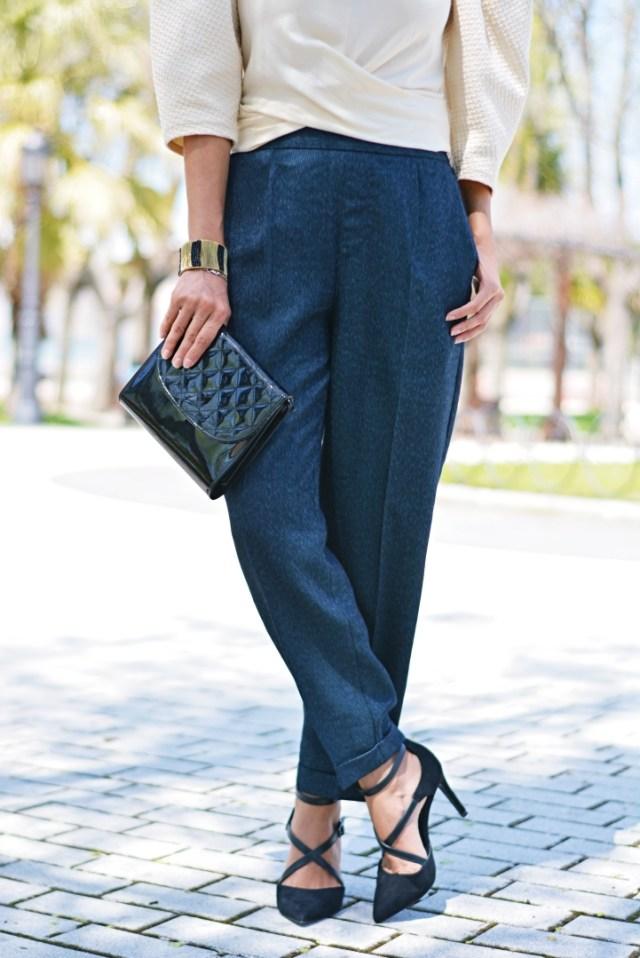 Pantalón azul y zapatos negros