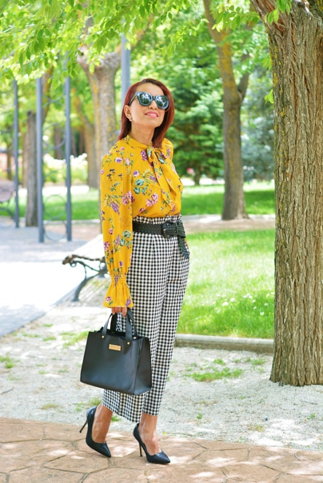 Look con blusa estampada