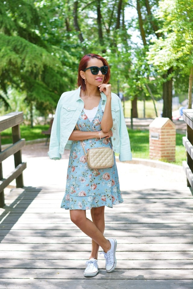 Outfit con vestido de flores