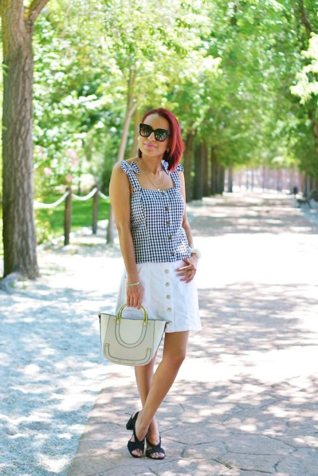 Outfit con top y falda vaquera