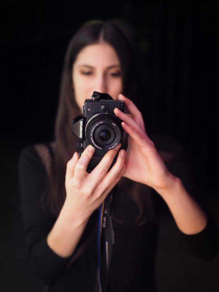Fotograf robiący zdjęcie aparatem Olympus