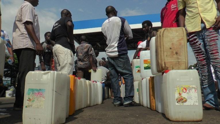 Interdit d'acheter le carburant dans des bidons