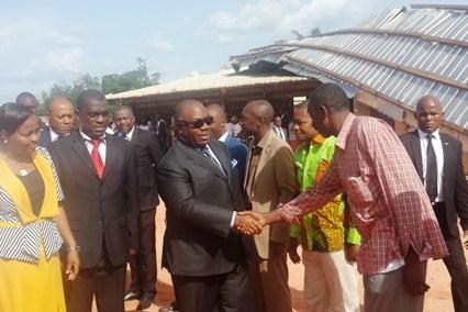 Ali Bongo visite une école dévastée par un violent  orage à Lambaréné
