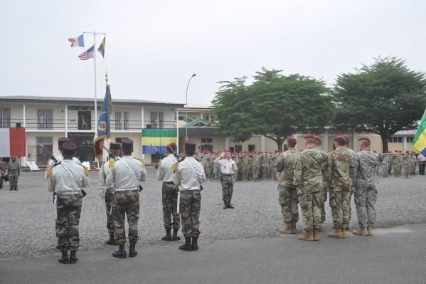 Plus de 300 parachutistes américains, français et gabonais bouclent un exercice de combat dans la jungle