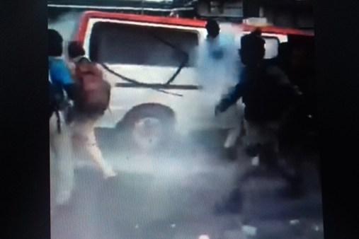 Un gendarme balance une bombe lacrymogène dans un taxi bus rempli d'élèves