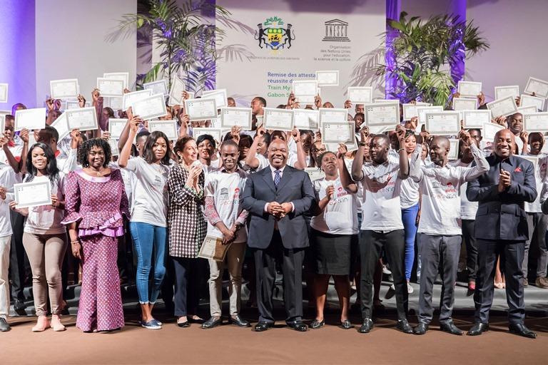 Ali Bongo félicite 300 meilleurs étudiants du  Programme Train My Generation : Gabon 5 000