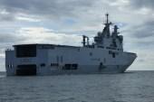 La France fait mouiller son plus grand porte hélicoptères au large du Gabon