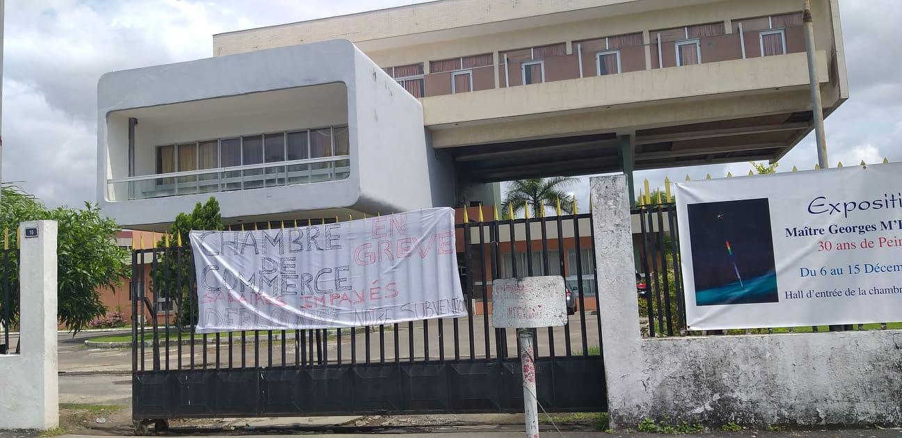 Le personnel de la Chambre de commerce affamé barricade le portail central de l'institution