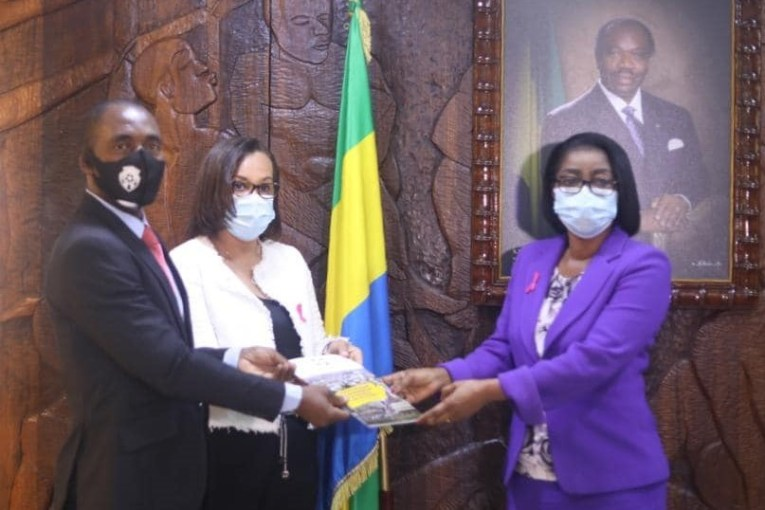 Madeleine Berre remet à Rose Christiane Ossouka le rapport final des reformes du code du travail