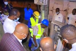 Hugues Mbadinga Madiya apporte l'éclairage public à Koulamoutou