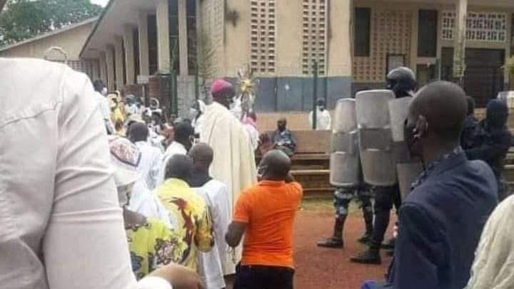 Face à face entre policiers et fidèles chrétiens en présence des dirigeants de la paroisse / Eglise catholique au Gabon