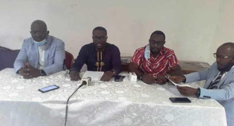 Le porte-parole de la FECOREFI, Sylvain Ombindha Talheywa III et d'autres membres du bureau durant la conférence de presse le 20 novembre à Libreville © Topinfos