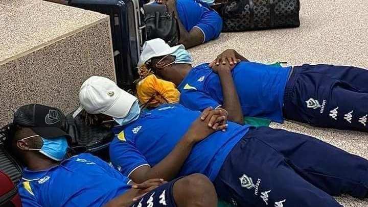 Les panthères du Gabon passant la nuit à même le sol de l'aéroport de Banjul © D.R