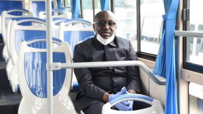 Léon Armel Bounda Balonzi, Ministre des transports, dans un bus de la société Trans'Urb © D.R.