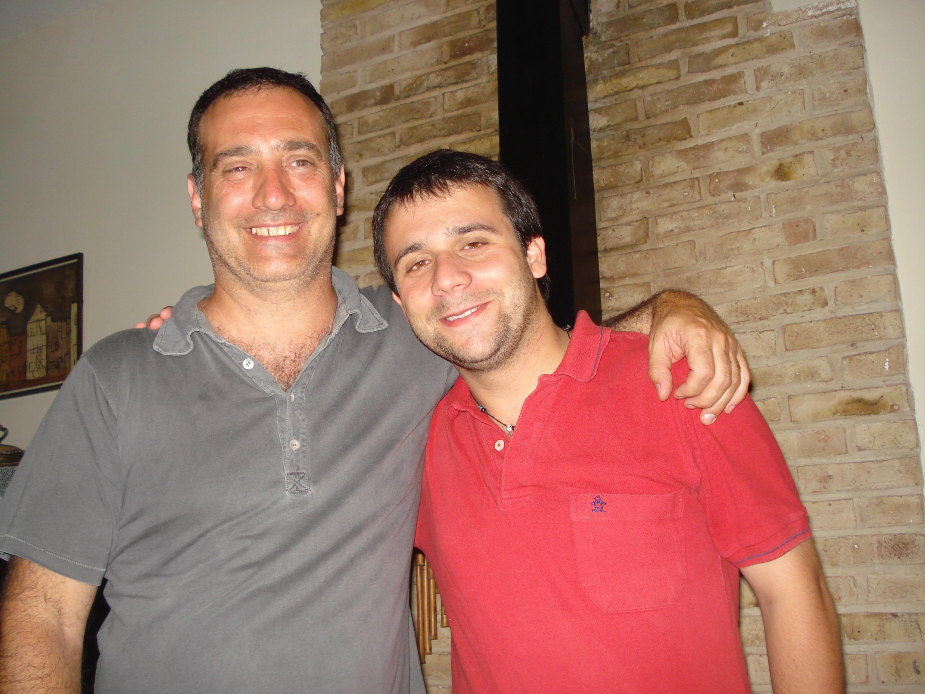 Con Sebastián en un abrazo muy sonrisal
