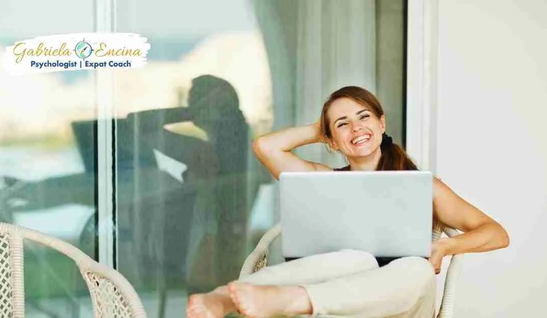mujer expat feliz e independiente