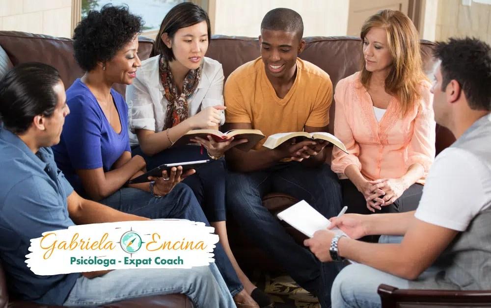 3 Tipos de Soledad - Soledad Colectiva - Grupo de gente en un grupo de lectura