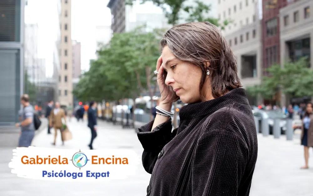 Desarraigo Expat_ Sentido de pertenencia dentro de ti - Gabriela Encina psicologa expat - mujer sufriendo en la ciudad