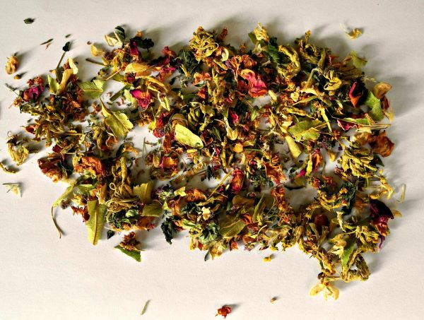 How to dry herbs for tea. Lay on flat the sorted herbs, on a dry surface.