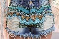 marina-casemiro-zaus-boutique-ribeirão-preto-ponche-franjas-e-bordado-turquesa-short-jeans-desfiado-lança-perfume-bordado-pedrarias-azul-17