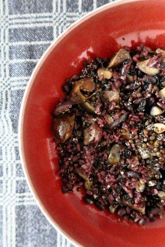 Schwarzer Reis Quinoa Bohnen Linsen Oliven Auberginen