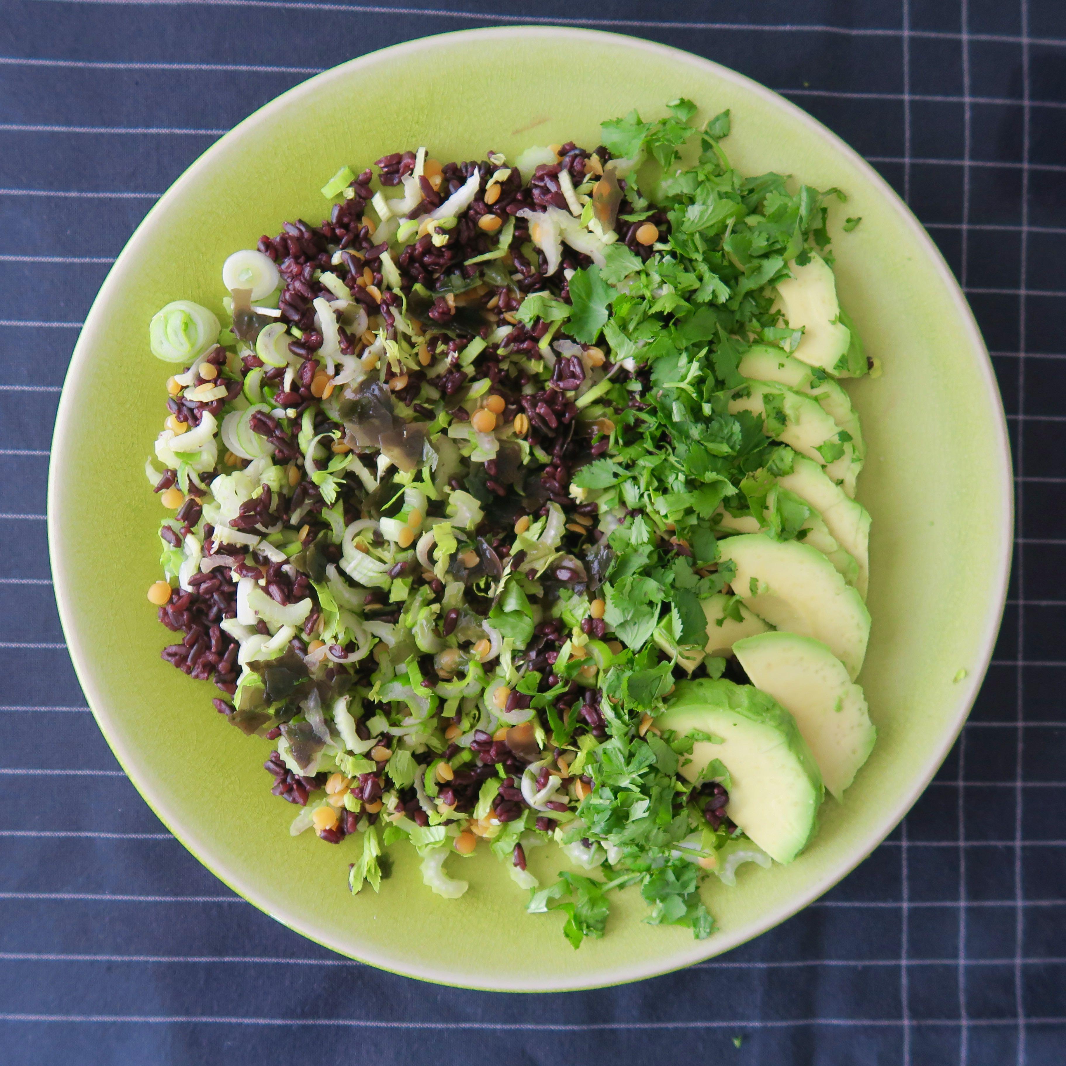 Venere-Reis Algen Avocado Frühlingszwiebeln Koriander