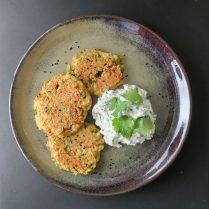 Gemüse-Pancakes mit Miso-Kräuterquark