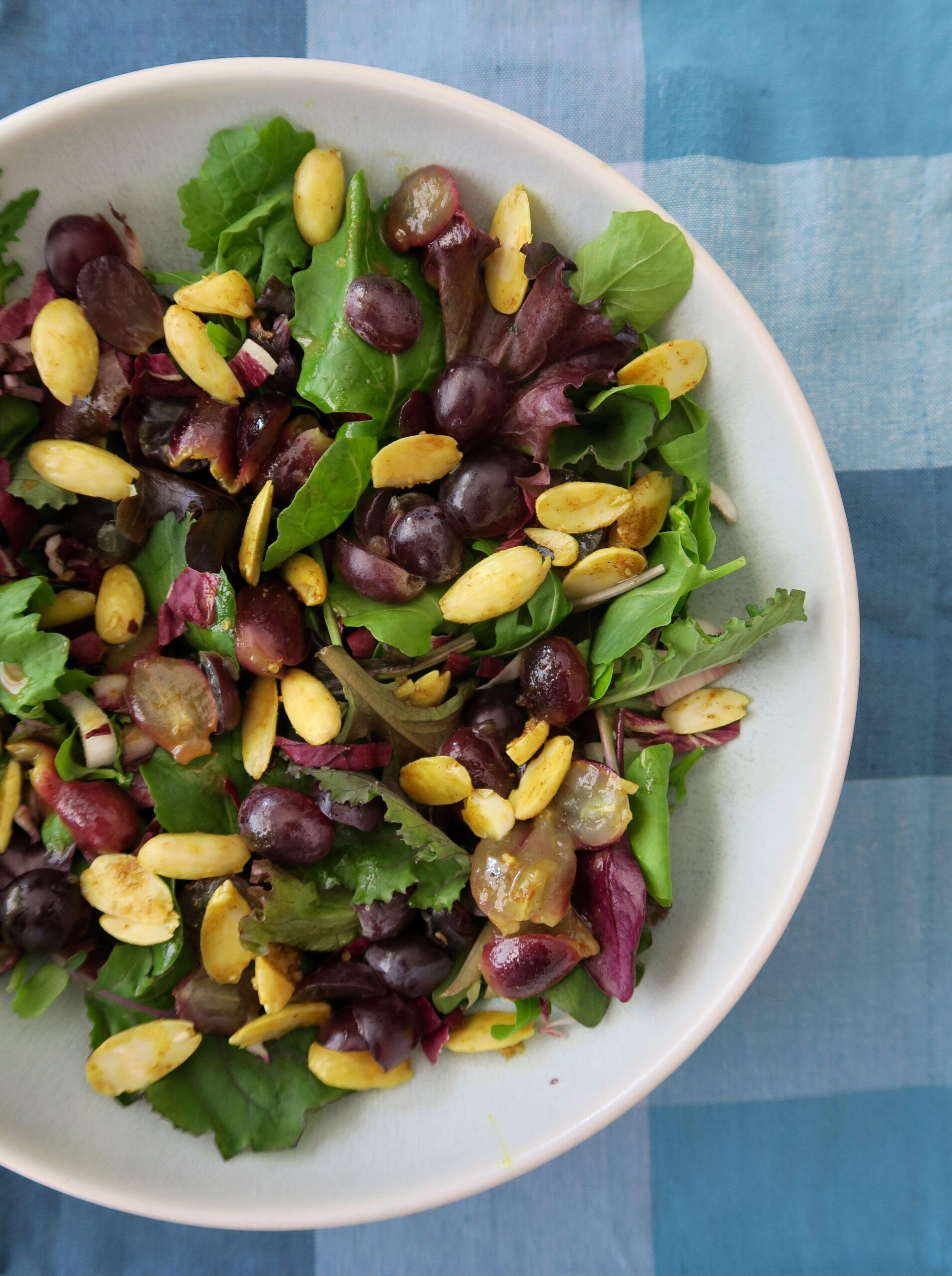 Bittersalate mit Trauben und Gewürzmandeln