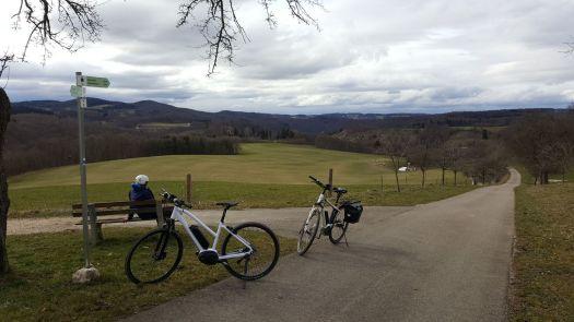 Zwei E-Bikes im Biosphärengebiet Schwäbische Alb