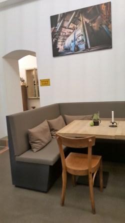 Sitzecke mit Kunst im Kesselhaus